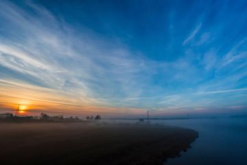 Mglisty świt nad rzeką Wartą - fototapety na wymiar