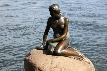 Lille Havfrue – Die kleine Meerjungfrau an der Uferpromenade Langelinie in Kopenhagen