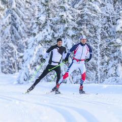 Zwei Langläufer an einem kalten Wintermorgen