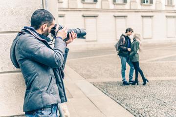 Reporter spying a couple - fototapety na wymiar