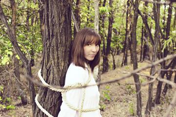 привязанная к дереву девушка онлайн