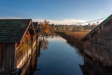 Bootshäuser im herbstlichen Sonnenlicht – warmes und schönes Landschaftsbild