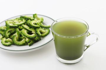 新鮮なにがうりと野菜ジュース