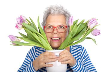Seniorin mit Tulpen