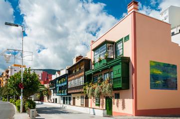 Balkonhäuser in der Avenida Maritima in Santa Cruz; La Palma, Kanaren, Spanien
