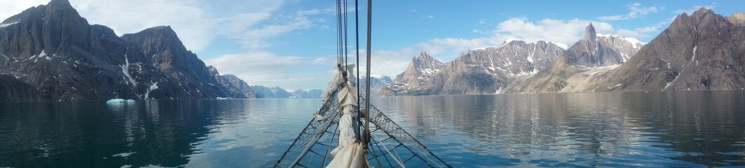 Papiers peints Pôle Sailing Greenland, the land of ice, polar bears... and sailing!