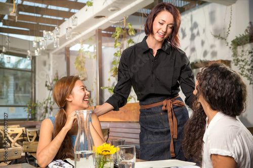 how to be a good waitress in a cafe