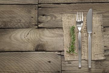 Festtafel mit Messer und Gabel auf edlem Holz