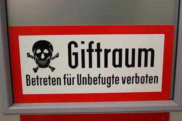 Warntafel: Giftraum - Betreten für Unbefugte verboten mit Piktogramm Totenkopf