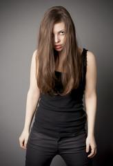 Młoda kobieta jest wewnętrznie wściekła.