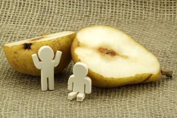 Große Frucht bzw. Birne mit kleinen Männchen aus Holz