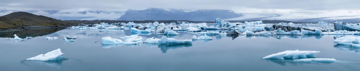 Photo sur Plexiglas Glaciers floated icebergs in ice lagoon in Iceland