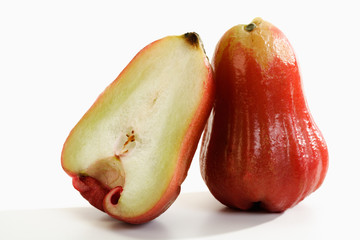 In erster Linie hängt der Erntezeitpunkt vom Standort und von der Apfelsorte ab. Und an Apfelsorten mangelt es ja hierzulande mit bis zu Optionen nun wirklich nicht. Es lassen sich der Einfachheit halber Kategorien bestimmen; so wird grob in Sommeräpfel, Herbstäpfel und Winteräpfel unterschieden.