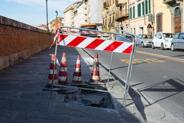Segnali rifacimento strada, lavori in corso, lastricato buca