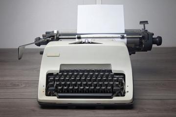 macchina da scrivere su scrivania