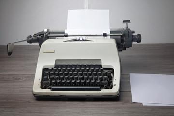 macchina da scrivere con fogli bianchi