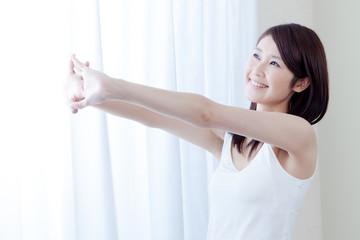 女性 タンクトップ 朝 朝日 カーテン ストレッチ 伸び 腕