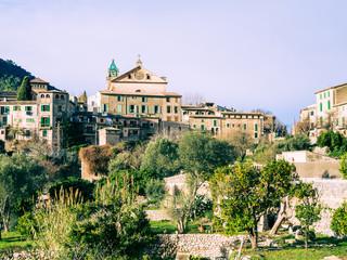 Blick auf Valldemossa mit Klosterkirche