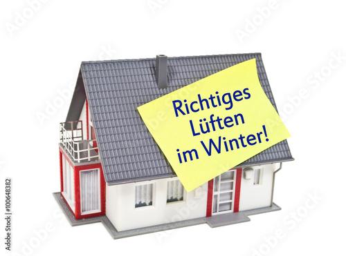 haus mit zettel und richtiges l ften im winter gegen schimmel stockfotos und lizenzfreie. Black Bedroom Furniture Sets. Home Design Ideas