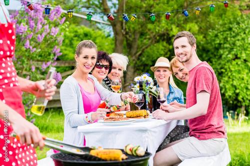 Mann bedient den grill auf gartenparty seine freunde - Gartenparty essen ...