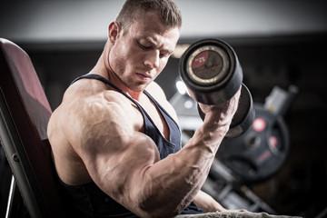 Mann beim Fitness Training mit Kurzhanteln