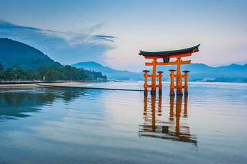 Photo sur Plexiglas Japon The Floating Torii gate in Miyajima, Japan