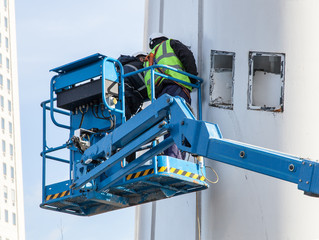 Manual worker on hydraulic lift