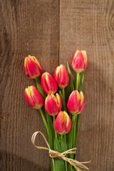 tulipani su sfondo di legno