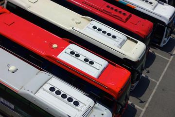 Busse wartend am Busparkplatz