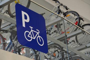 Fahrradparkplatz, Fahrrad, Rad, Velo, Radfahren, Parkplatz, Schild, Parkhaus, Verkehrpolitik, Radverkehr, ruhender Verkehr, Abstellplatz, Fahrradstand, Stellplatz
