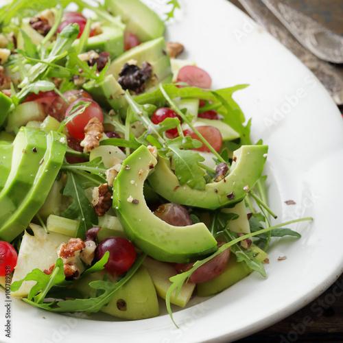 Салат с авокадо и виноградом