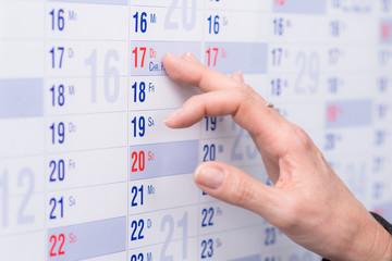 frau sucht ein termin im kalender