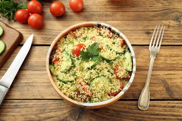 vista dall'alto couscous insalata con verdure  sfondo rustico