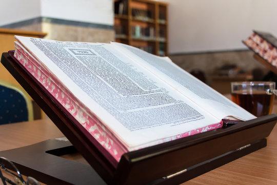 Book of Talmud study, stender Beit Midrash in hebrew