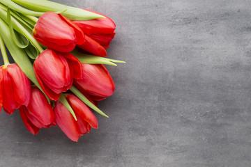 Fototapeta Red tulips on a wooden background. obraz