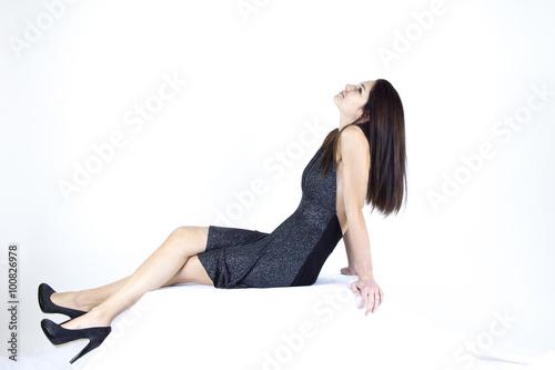 Ragazza Con Vestito Scuro Seduta Con Sfondo Bianco Stock Photo And