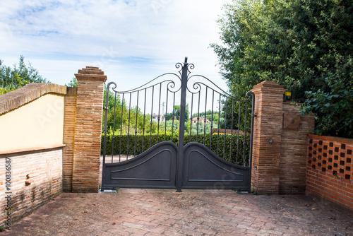 Cancello di ferro chiuso ingresso a villa immagini e for Entrate case moderne