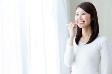 歯磨きをする女性 デンタルケア