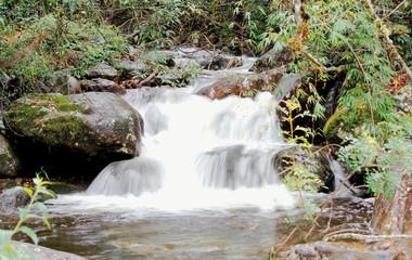 cachoeira com águas correntes