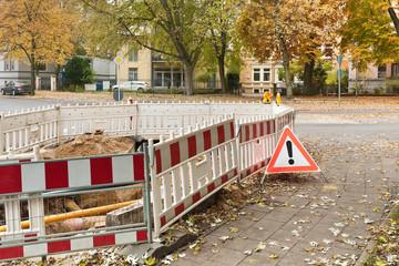 Absperrhilfen um eine Baugrube und ein Faltsignal Gefahrenstelle