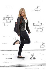 femme marchant dans crotte de chien sur le trottoir