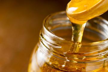 蜂蜜をすくっているところ