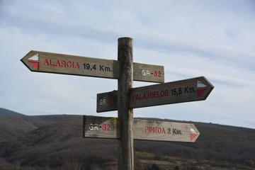 flechas indicadoras en un camino de montaña
