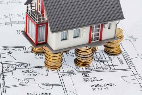 Wohnhaus auf bauplan stockfotos und lizenzfreie bilder for Bauplan wohnhaus