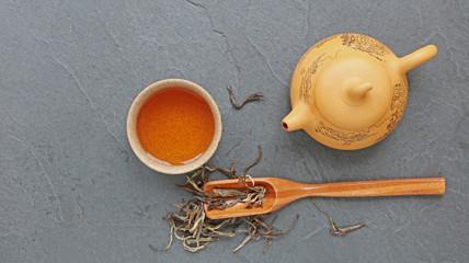 Théière, tasse de thé et cuillère doseuse sur une ardoise...carte menu
