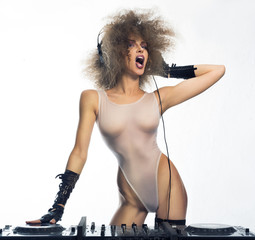 Girl - DJ in white Kombidrese, shouting