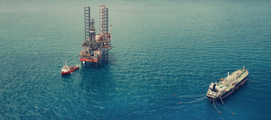 Image of oil platform while cloudless day