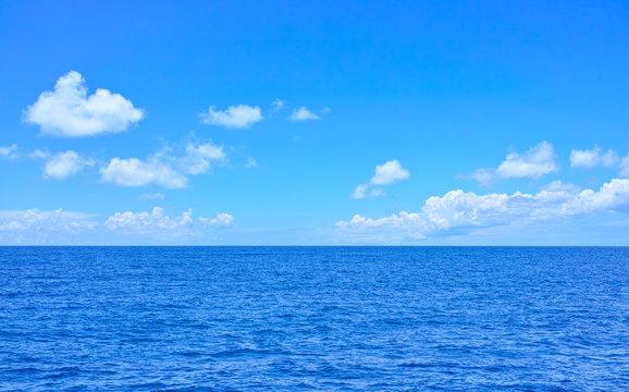 青い海と雲