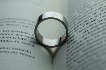 Trauring,Romantik, Eherring, Liebe, Ehe, Heiraten, Symbol, RIng, Herrenring, Literatur, Buch, Lesen, Herz
