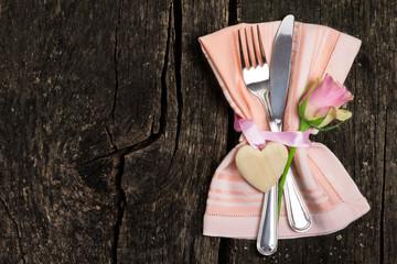 Besteck zum Valentinstag auf Holz